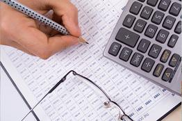 Kalkulator, ołówek iokulary